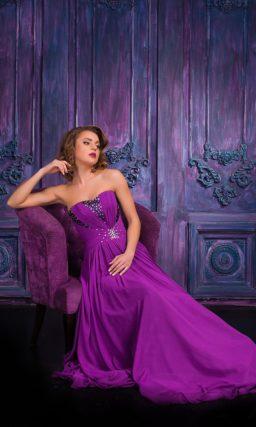 Фиолетовое вечернее платье с открытым лифом и вышивкой из стразов.