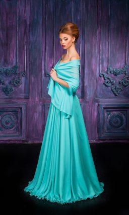 Бирюзовое вечернее платье прямого кроя с элегантной тонкой накидкой.