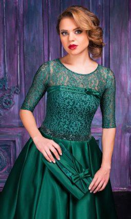 Закрытое вечернее платье изумрудного цвета с юбкой длины миди.