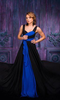 Черное вечернее платье с эффектными синими деталями по всей длине.