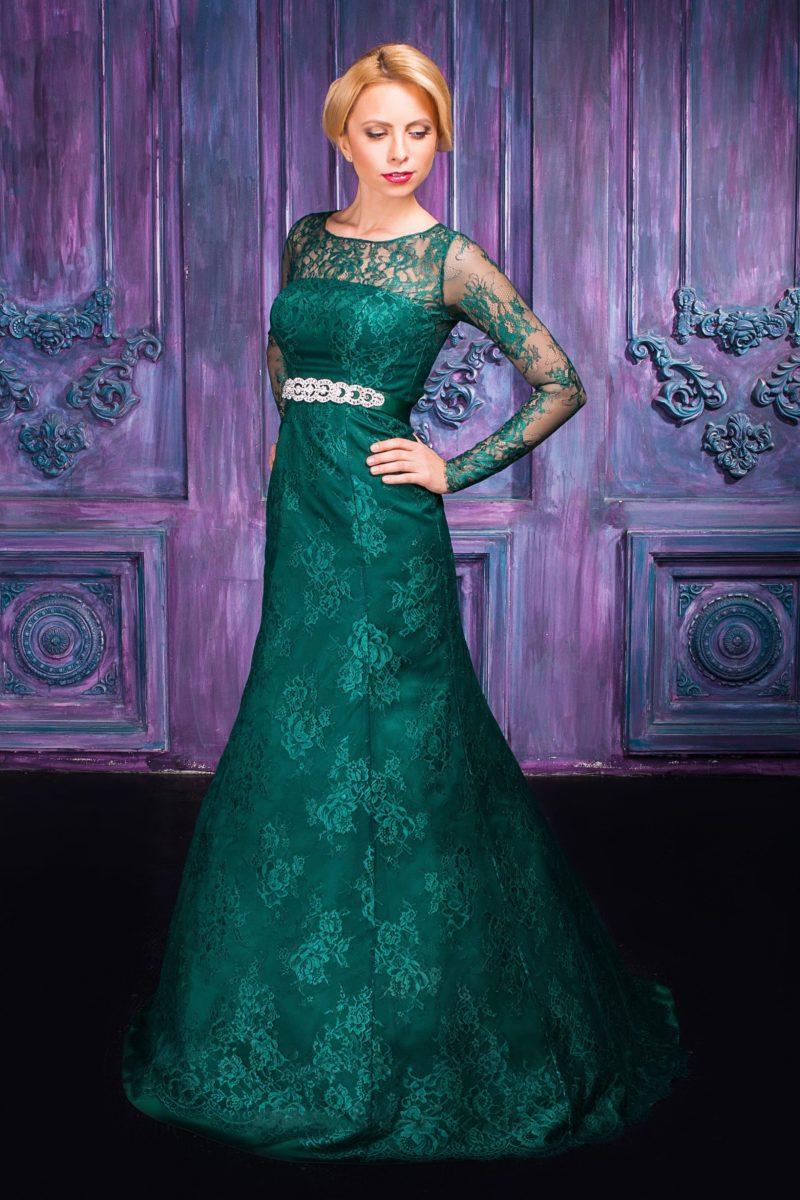 Изумрудно-зеленое вечернее платье кроя «рыбка» с кружевными рукавами.