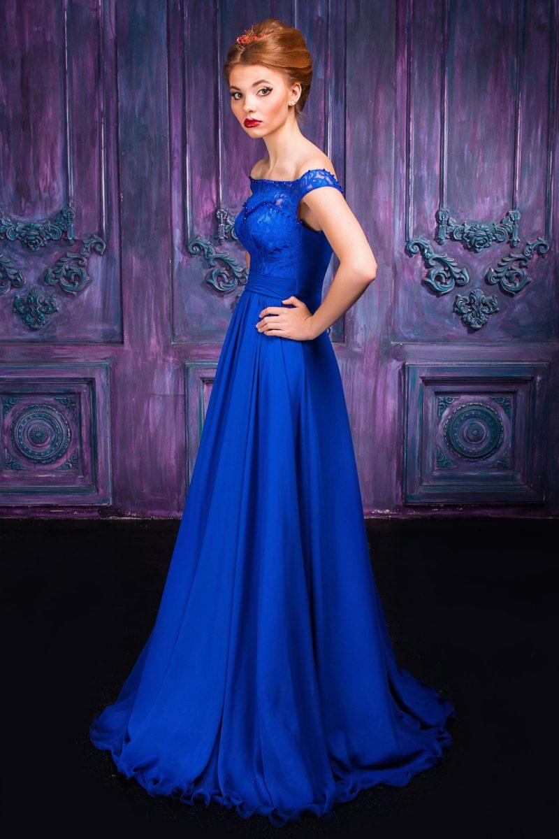 Яркое синее вечернее платье с женственным портретным вырезом.