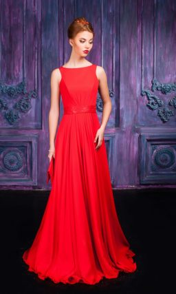 Изысканное красное вечернее платье с вырезом бато и прямой юбкой.