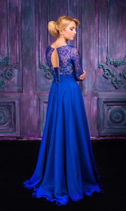 Закрытое вечернее платье глубокого синего цвета с атласной юбкой.