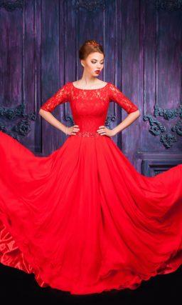 Соблазнительное красное платье с округлым декольте и прямой юбкой.