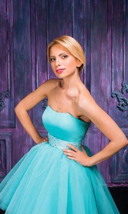 Короткое вечернее платье бирюзового цвета с открытым лифом.
