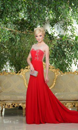 Стильное вечернее платье красного цвета с серебристой вышивкой, украшающей верх.
