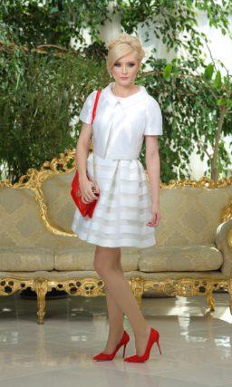 Коктейльное платье белого цвета с пышной юбкой в полоску и атласным жакетом.
