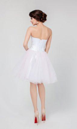 Сногсшибательное вечернее платье белого цвета с вышивкой по лифу и пышной юбкой.