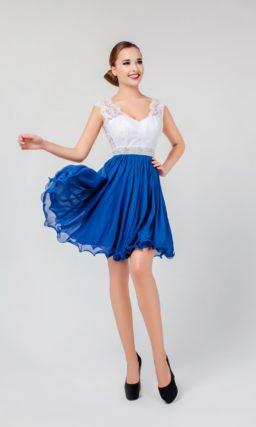Короткое вечернее платье с синей юбкой и белоснежным верхом с открытой спинкой.