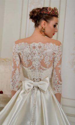 Атласное свадебное платье величественного кроя с роскошным портретным декольте.