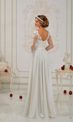 Прямое свадебное платье с высоким разрезом по подолу и кружевным декором лифа.