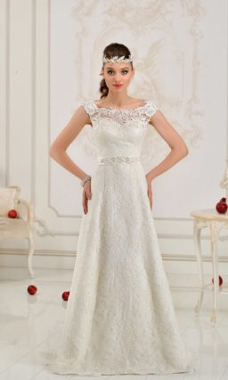 Изящное свадебное платье с вырезом на спинке и элегантным атласным поясом на талии.