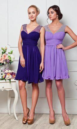 Элегантное вечернее платье с короткой юбкой и V-образным вырезом с широкими сияющими бретелями.