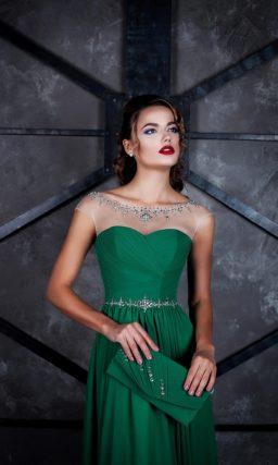 Изумрудное вечернее платье прямого кроя с вышивкой по тонкому верху.