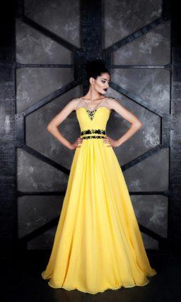 Желтое вечернее платье с полупрозрачными бретелями и контрастным декором.