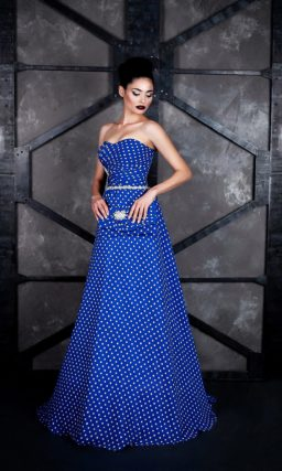Необычное вечернее платье «принцесса» из синей ткани в белый горошек.