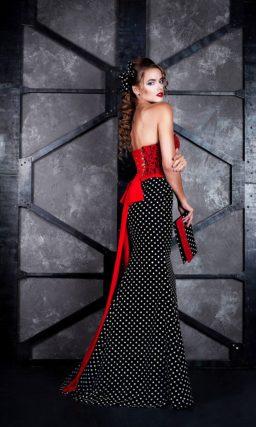 Вечернее платье с красным кружевным корсетом и черной юбкой в горошек.