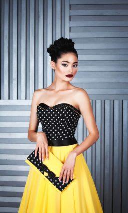 Вечернее платье с юбкой «принцесса» желтого цвета и черным корсетом с вышивкой.