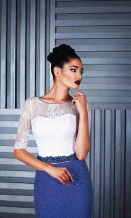 Необычное вечернее платье с белым верхом и голубой атласной юбкой.