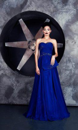 Синее вечернее платье с открытым лифом и декором из изящных драпировок.