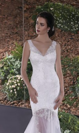 Чувственное свадебное платье с глубоким V-образным декольте и полупрозрачной юбкой.