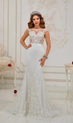 Облегающее свадебное платье с кружевным верхом и фактурной юбкой со шлейфом.