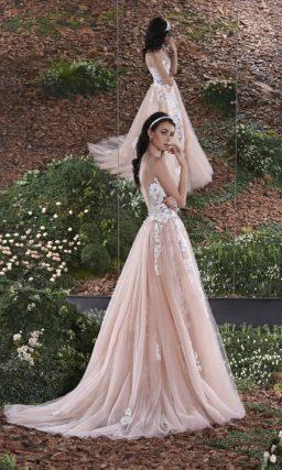 Свадебное платье «рыбка» с пышной верхней юбкой из полупрозрачной розовой ткани.