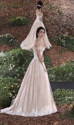 Изящное свадебное платье с чувственным портретным декольте и бретелями, спущенными на плечи.