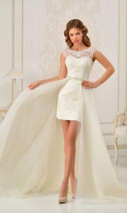 Свадебное платье длиной до середины бедра с закрытым лифом и роскошной верхней юбкой.