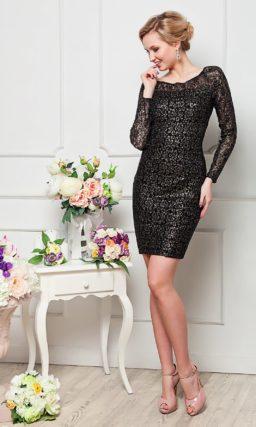 Кружевное вечернее платье облегающего кроя с длинными полупрозрачными рукавами.