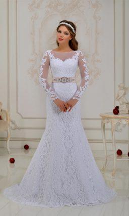 Стильное свадебное платье «рыбка» с атласным поясом кремового цвета и полупрозрачной спинкой.