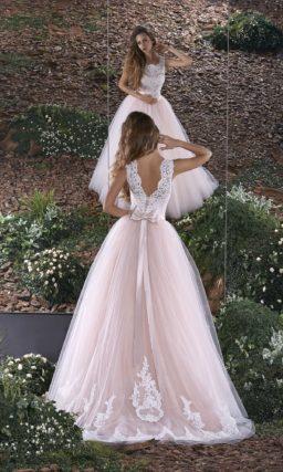 Романтичное свадебное платье с белым облегающим корсетом и пудрово-розовой юбкой.