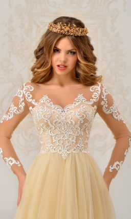 Пышное свадебное платье абрикосового цвета с длинными полупрозрачными рукавами.