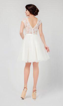 Короткое вечернее платье с сияющим поясом и глубоким V-образным декольте на спинке.