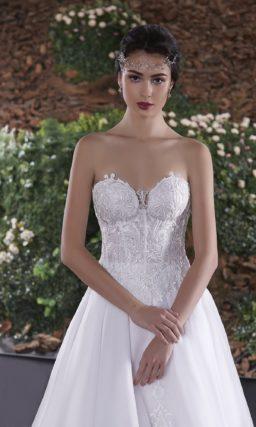Роскошное свадебное платье «трапеция» с открытым корсетом, покрытым глянцевым декором.