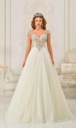 Восхитительное свадебное платье с воздушной юбкой и корсетом, покрытым сияющим декором.