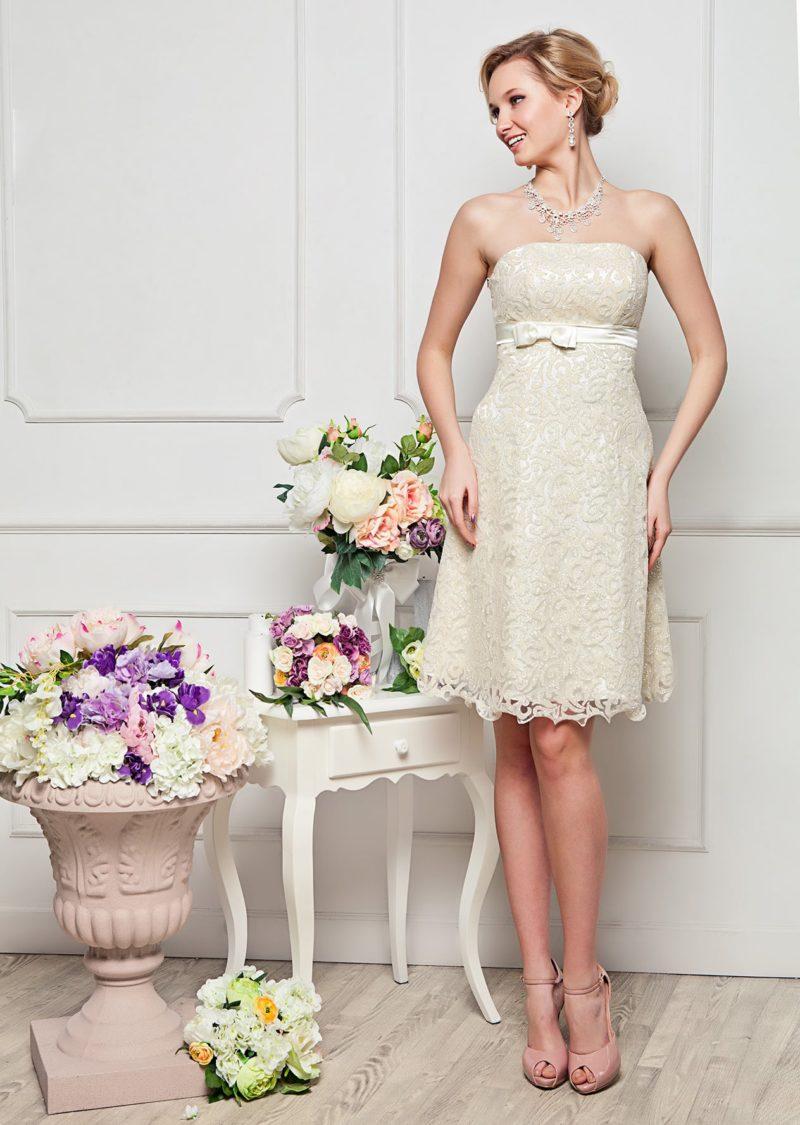 Лаконичное вечернее платье с прямым открытым декольте и кружевной отделкой.