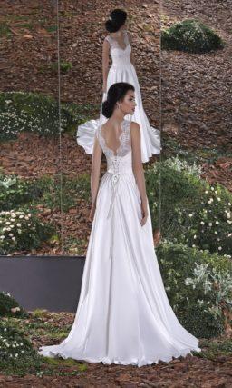 Атласное свадебное платье прямого кроя с декольте на спинке, обрамленным кружевом.