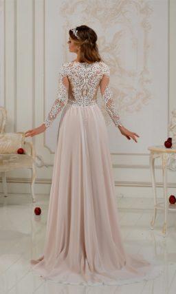 Розовое свадебное платье с длинными рукавами, покрытым белоснежным кружевом.