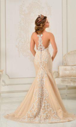 Свадебное платье «рыбка» приглушенного оранжевого цвета, декорированное кружевом.
