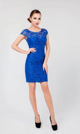 Короткое вечернее платье насыщенного синего цвета с глубоким декольте на спинке.