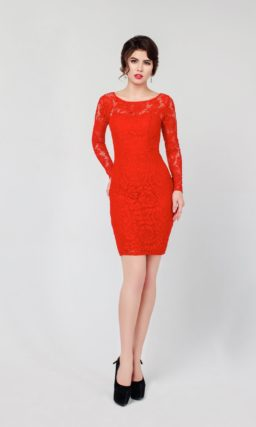 Страстное вечернее платье алого цвета, полностью покрытое кружевом и дополненное рукавами.