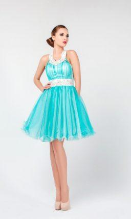 Короткое вечернее платье с пышной юбкой, широким поясом и оригинальным кроем верха.