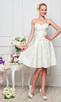 Великолепное вечернее платье из плотной атласной ткани с цветочным рисунком.