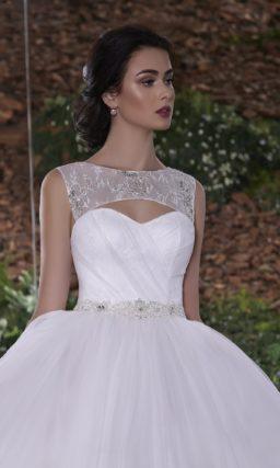 Пышное свадебное платье с узким сияющим поясом и кружевным топом, преображающим декольте.