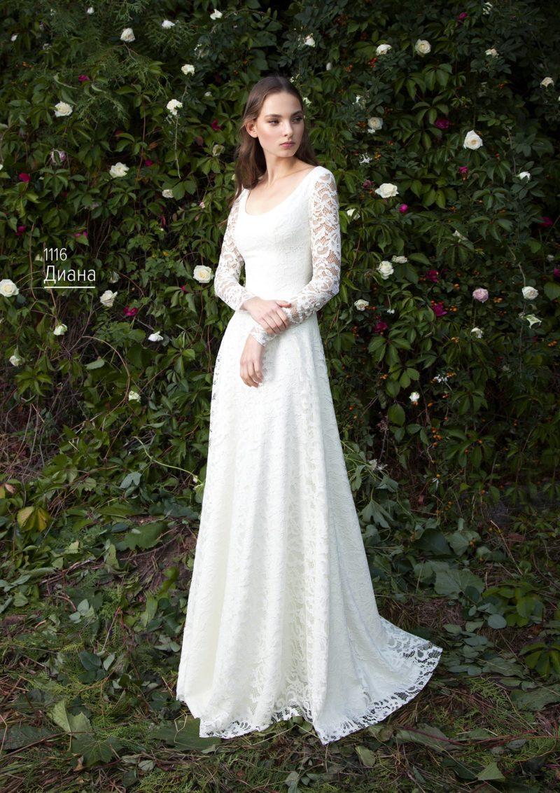 Ажурное свадебное платье «принцесса» с выразительным круглым вырезом.