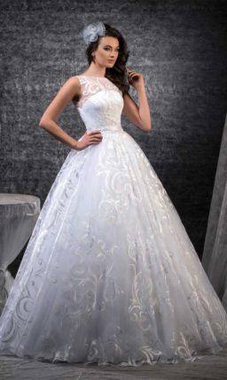 Пышное свадебное платье с выразительным фактурным узором и бантом на спинке.