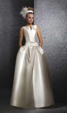 Эффектное свадебное платье из атласа цвета слоновой кости с пышной юбкой.
