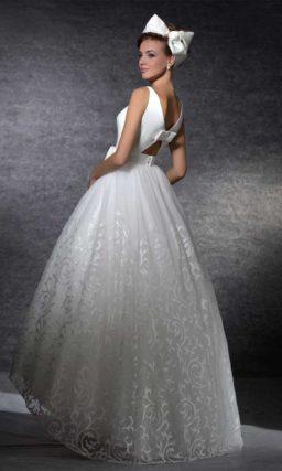 Пышное свадебное платье с укороченным подолом и американской проймой.